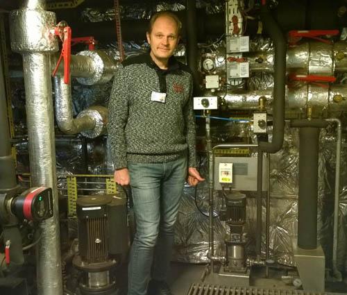 NIPROX-ANLEGG OMBORD. Teknisk inspektør Sigbjørn Harboe i varmegjenvinningsrommet på MS «Gann». Nede mot høyre vannbehandlingsanlegget fra Niprox.